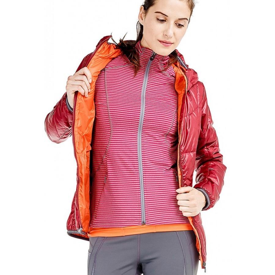 Куртка LUW0310 ELENA JACKETКуртки<br>Суперлегкая стеганая утепленная курткас капюшоном изветрозащитной иводостойкой ткани.<br> <br> Особенности:<br><br>Стеганый<br>Центральная молния<br><br>Капюшон,можно убратьв воротник<br>Два кармана на м...<br><br>Цвет: Бордовый<br>Размер: XS