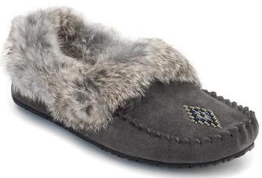 Мокасины Street Moccasin женскМокасины<br>Мокасины – в переводе с языка коренных жителей Канады означает «обувь», «башмачок» или «тапочки». Канадские аборигены изначально шили мокасины с меховой отделкой, чтобы носить их дома и держать ноги в тепле во время холодных канадских зим. Модель Stree...<br><br>Цвет: Серый<br>Размер: 7