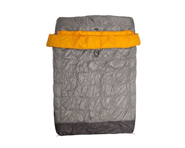 Спальный мешок пуховый Tango™ Duo Slim 30 СерыйСпальные мешки<br>Спальный мешок Tango Duo Slim 30 от американской компании Nemo предназначен для зимних походов и альпинизма. Легкий и компактный, он не занимает много места в рюкзаке, а его размеров достаточно, чтобы согреть двух человек.<br><br>Особенности:<br><br><br>Натуральный гусиный пух лучше других утеплителей поддерживает оптмальную температуру и отличается гигиеничностью <br>Модель рассчитана на температурный диапазон -1?С<br>Материал с DWR-покрытием обладает влагоотталкивающими свойствами<br>В производстве спального мешка использована технология DownTek, препятствующая появлению постороннего запаха и размножению бактерий <br>Края спального мешка подворачиваются и полностью исключают проникновение холодного воздуха<br><br><br>Цвет: Серый<br>Размер: None