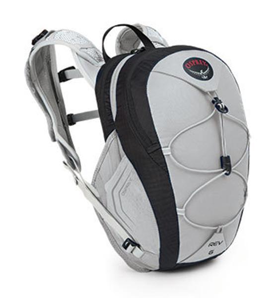 Рюкзак REV 6Рюкзаки<br>Встречайте нового партнера по бегу по природному рельефу - рюкзак Rev 6. Функциональный дизайн и встроенная легкая питьевая система Hydraulics™...<br><br>Цвет: Серый<br>Размер: 6 л