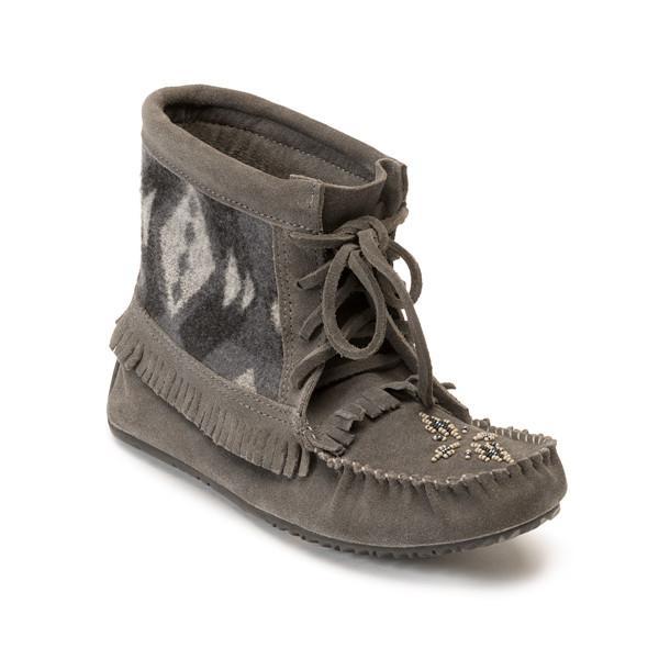 Мокасины Harvester Suede Moccasin Lined женск.Унты<br>Канадские аборигены передавали искусство создания обуви ручной работы из поколения в поколение. Сегодня компания Manitobah продолжает эти традиции, сочетая национальные традиции мастерства метисов и современные технологии и материалы, чтобы производить...<br><br>Цвет: Серый<br>Размер: 7