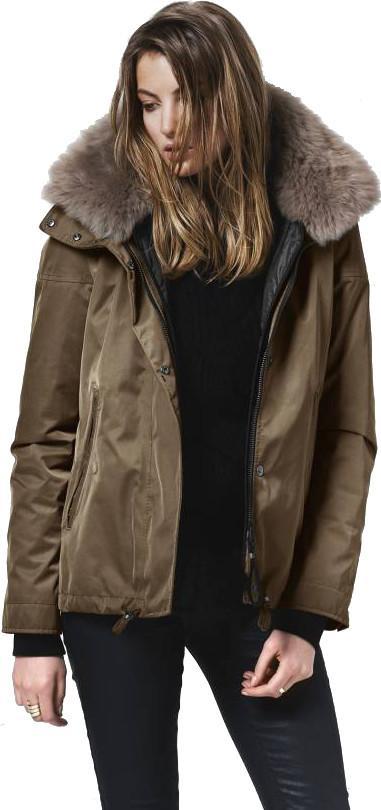 Куртка утепленная жен.BellevueКуртки<br>Куртка Bellevue сочетает в себе качество  и неподвластный времени дизайн. Высокое качество материалов, теплая подкладка и высокий воротник c мехом ягненка гарантируют максимальный комфорт.<br><br>Наружная ткань: 100% Polyamide / Membrane 100% P...<br><br>Цвет: Коричневый<br>Размер: S